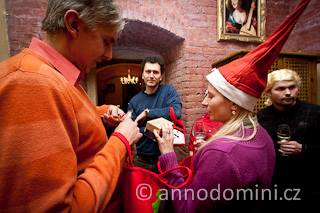 Na vánočním večírku v Bance vín